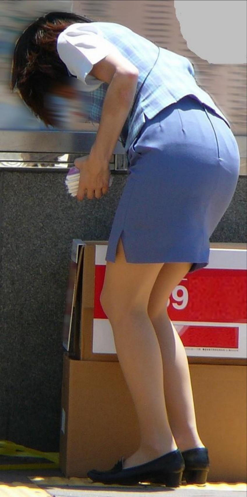 【働く女性エロ画像】ヒップラインが引き立つ瞬間!タイト女性の前屈み美尻www 04