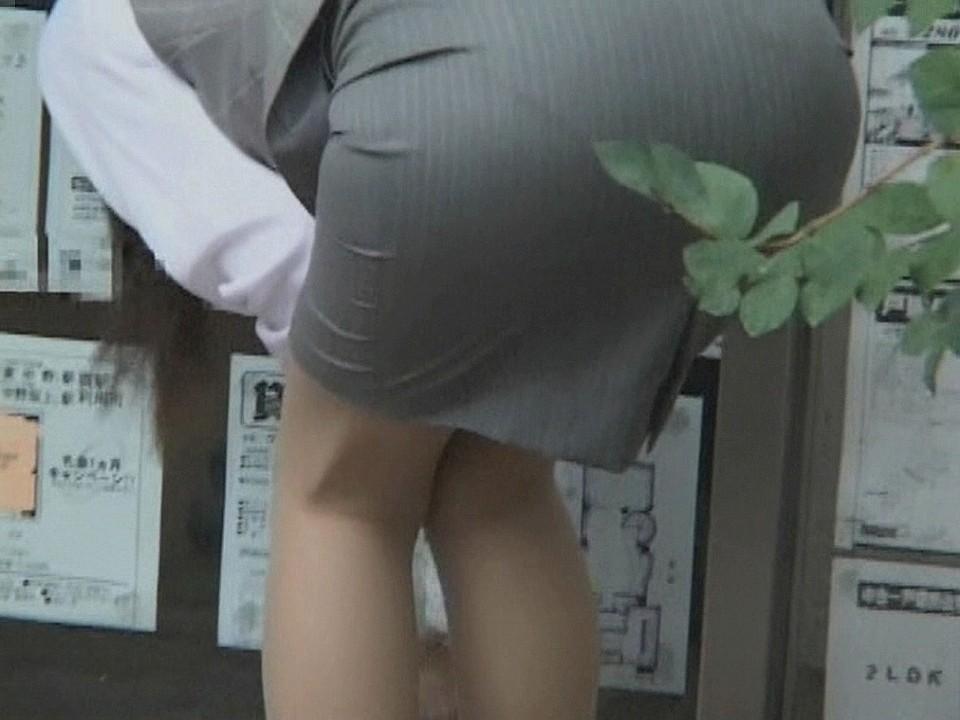 【働く女性エロ画像】ヒップラインが引き立つ瞬間!タイト女性の前屈み美尻www 06