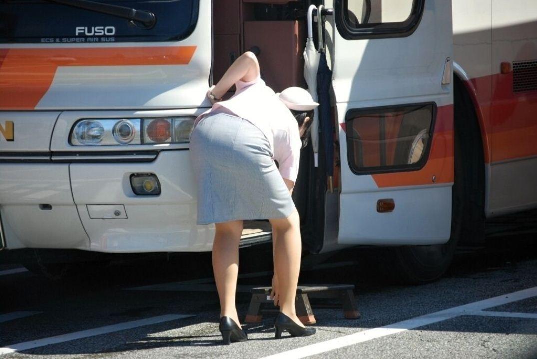 【働く女性エロ画像】ヒップラインが引き立つ瞬間!タイト女性の前屈み美尻www 10