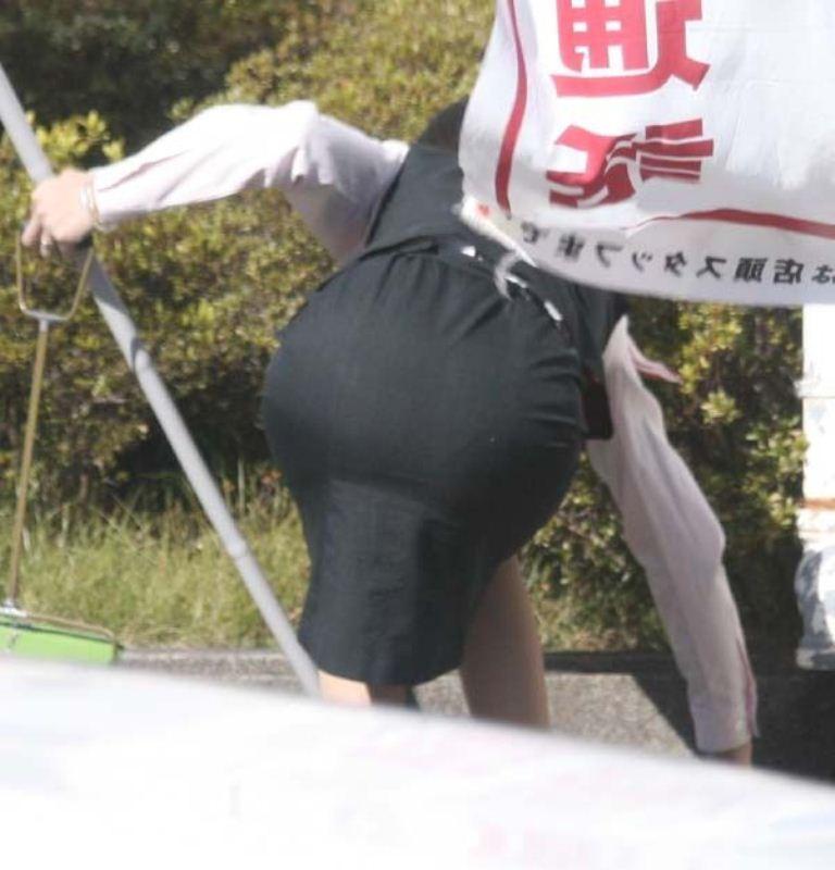 【働く女性エロ画像】ヒップラインが引き立つ瞬間!タイト女性の前屈み美尻www 15