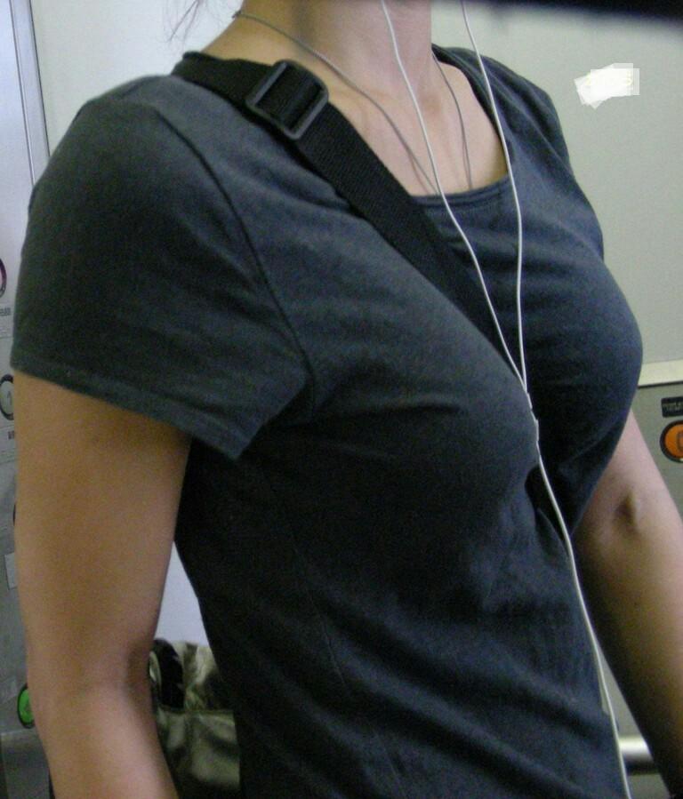 【パイスラエロ画像】尖らせ過ぎて何が目的?バッグ紐で胸を立てたパイスラ族www 03