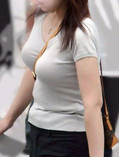 【パイスラエロ画像】尖らせ過ぎて何が目的?バッグ紐で胸を立てたパイスラ族www 07