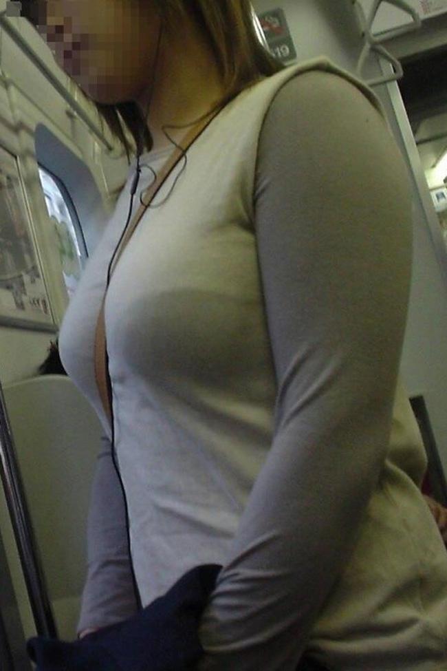【パイスラエロ画像】尖らせ過ぎて何が目的?バッグ紐で胸を立てたパイスラ族www 10