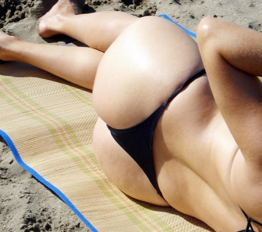 【水着エロ画像】無防備に見えてるけど…襲いたくなる日光浴中のビキニ女子www 01