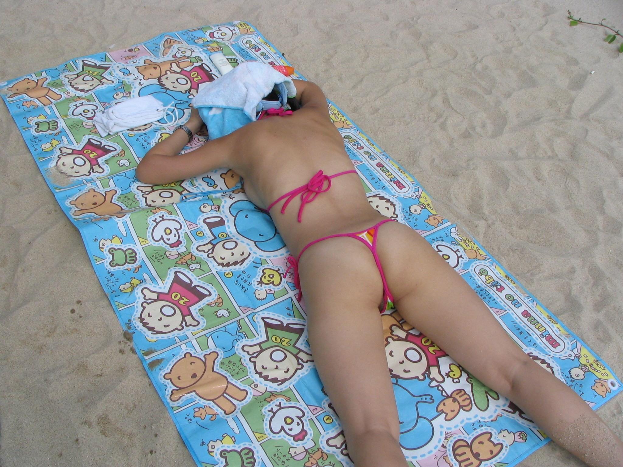 【水着エロ画像】無防備に見えてるけど…襲いたくなる日光浴中のビキニ女子www 12