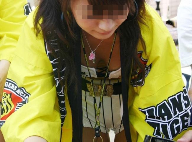 【胸チラエロ画像】おっぱいは正義!だから男は胸元に惹かれる胸チラ覗きwww 04
