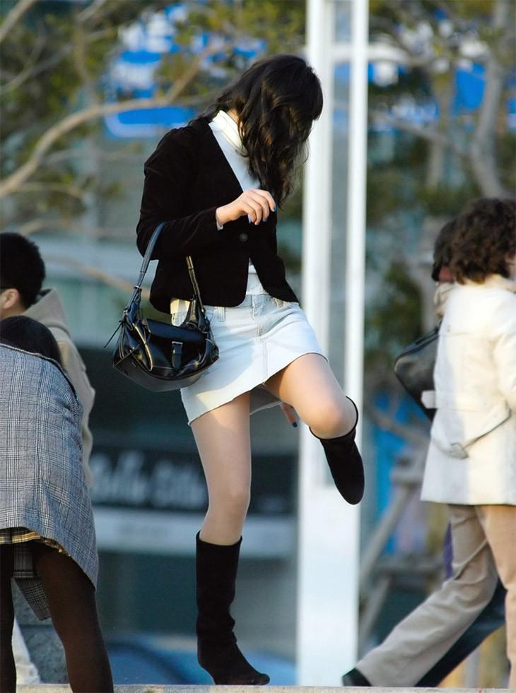 【美脚エロ画像】肌寒かったら撫でてあげたいw街でよく見る魅惑的な太ももwww 07