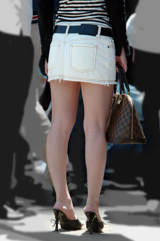 【美脚エロ画像】肌寒かったら撫でてあげたいw街でよく見る魅惑的な太ももwww 13