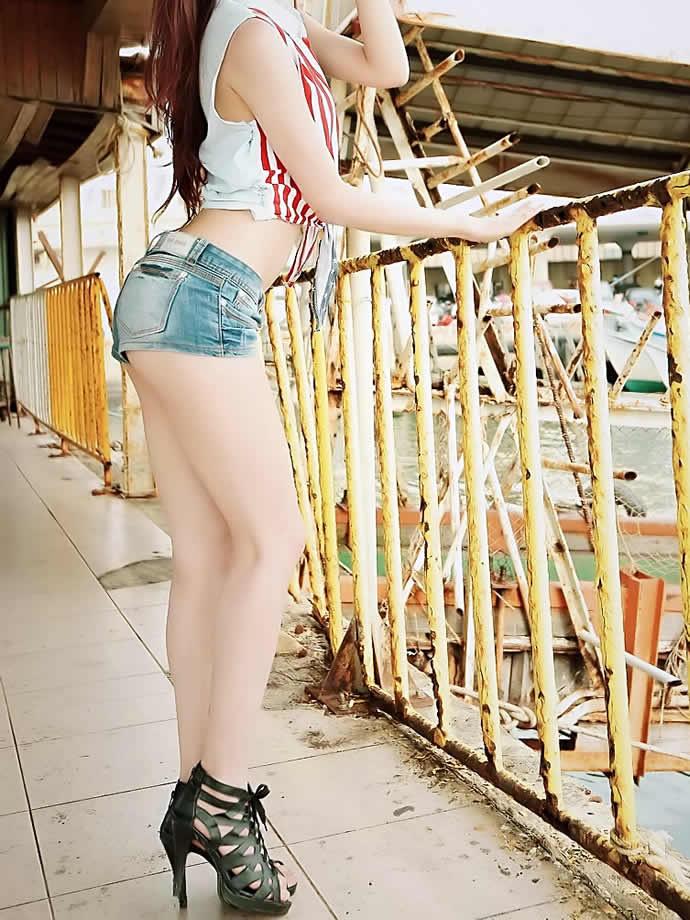 【美脚エロ画像】肌寒かったら撫でてあげたいw街でよく見る魅惑的な太ももwww 15