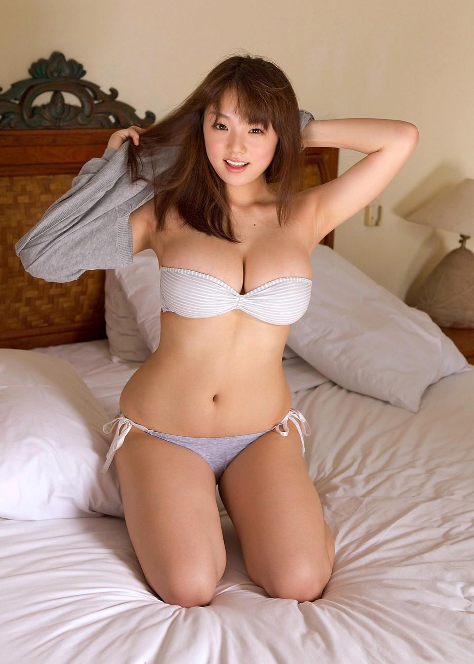 【着胸エロ画像】即引っ張りたい衝動を誘うwチューブトップ乳の静かな誘惑www 01