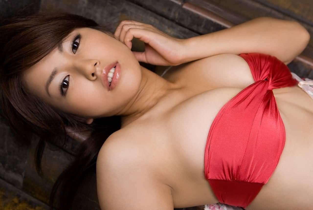 【着胸エロ画像】即引っ張りたい衝動を誘うwチューブトップ乳の静かな誘惑www 06