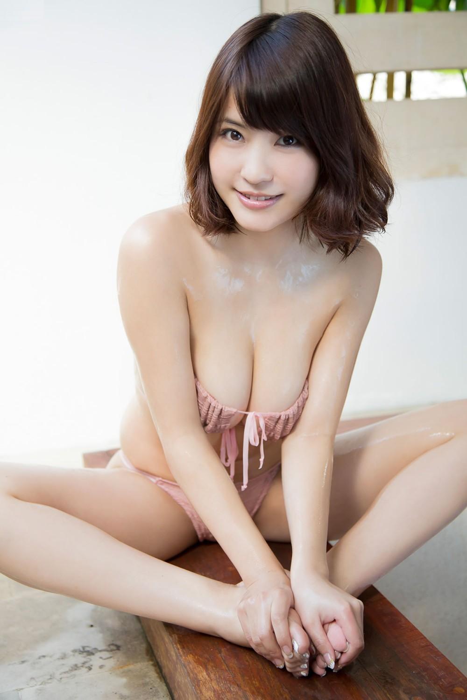 【着胸エロ画像】即引っ張りたい衝動を誘うwチューブトップ乳の静かな誘惑www 09