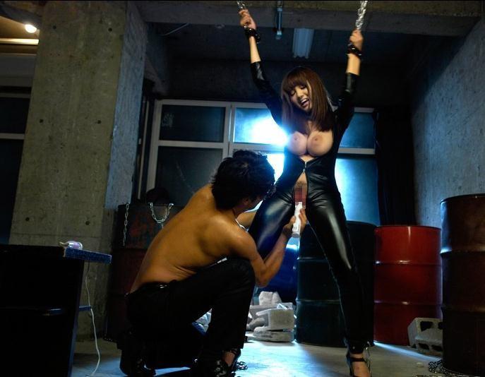 【SMエロ画像】キツすぎる責めだと肩が外れそう…エロ同人みたいな両手吊り拷問www 06