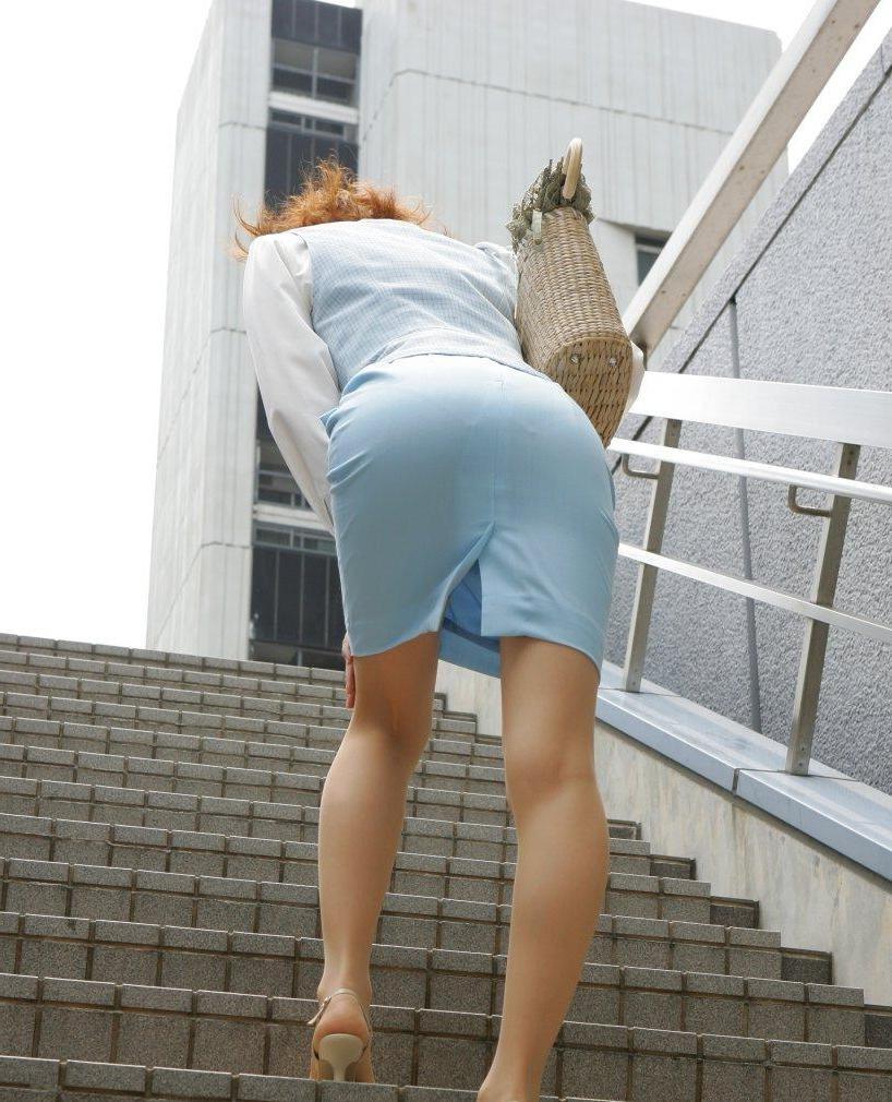【OLエロ画像】これはセクハラ起きるのも納得wタイト尻の淫靡さが際立つOLのポーズwww 02