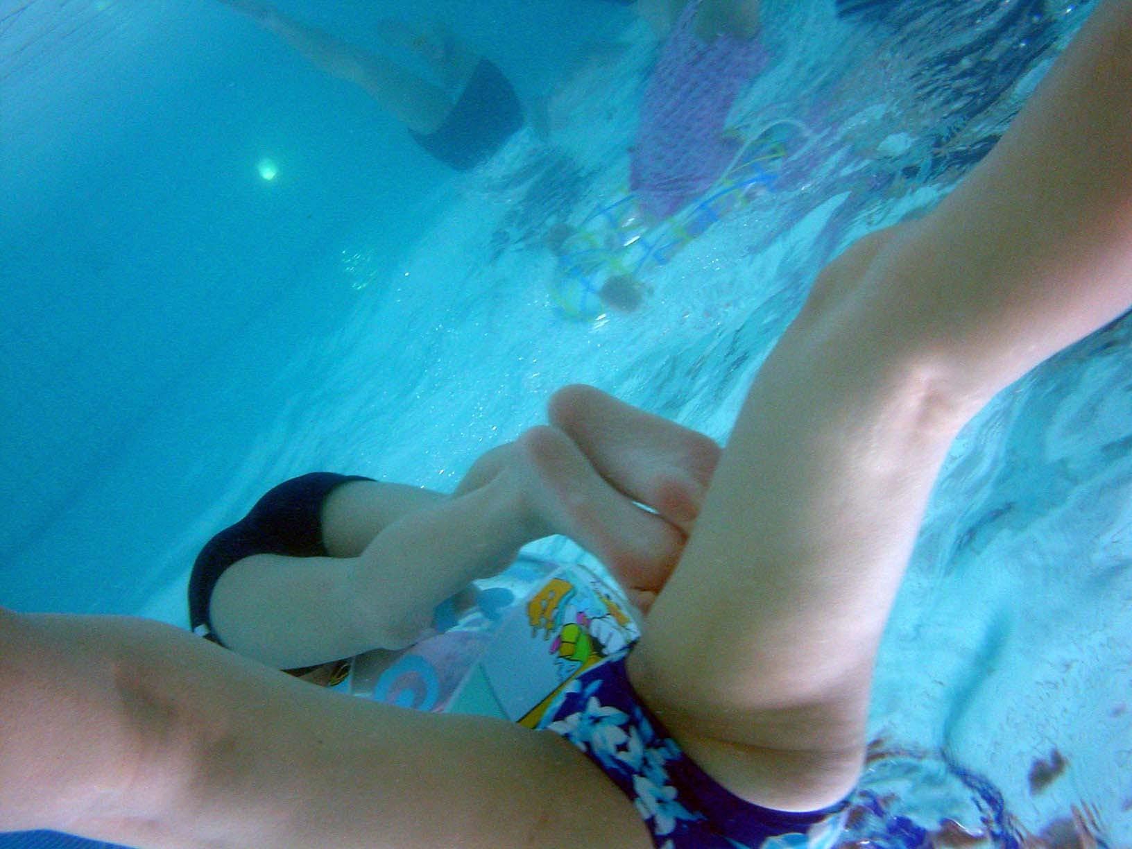 【水着エロ画像】水流に揉まれてますw水中で見た水着尻が神秘的すぎるwww 03