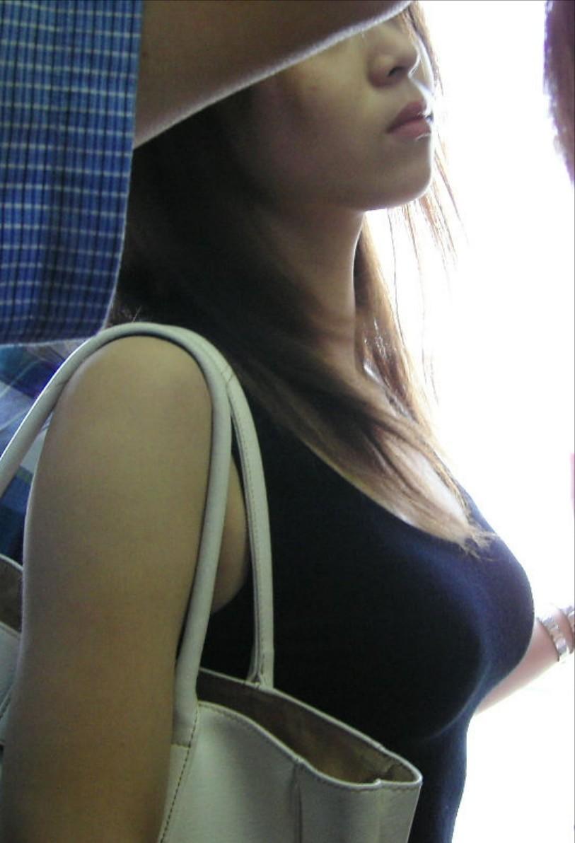 【巨乳エロ画像】胸の状態がこの時点でガン見対象w逃す事はできない街の着衣巨乳www 04