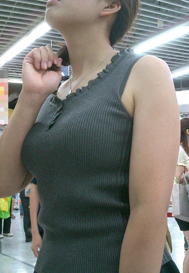 【巨乳エロ画像】胸の状態がこの時点でガン見対象w逃す事はできない街の着衣巨乳www 10