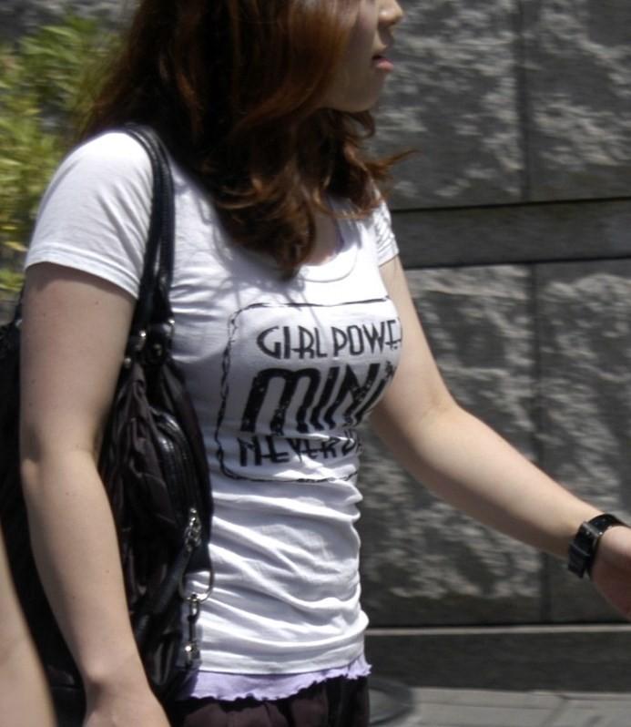 【巨乳エロ画像】胸の状態がこの時点でガン見対象w逃す事はできない街の着衣巨乳www 12