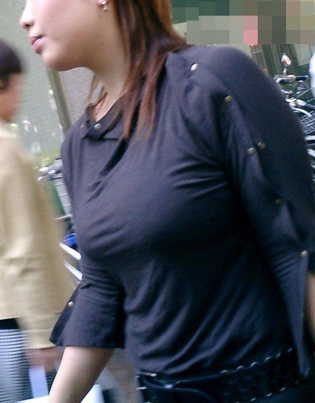 【巨乳エロ画像】胸の状態がこの時点でガン見対象w逃す事はできない街の着衣巨乳www 14