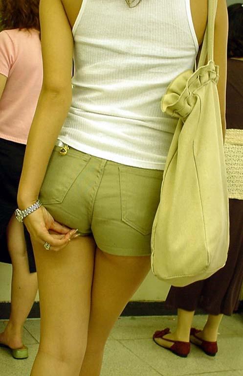 【着尻エロ画像】服着てるのに形がこんなに…見てる方が恥ずかしい街角美尻www 06