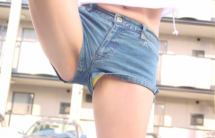 【ハミパンエロ画像】これもパンチラの違った形w裾から見えちゃったハミパン女子www 001