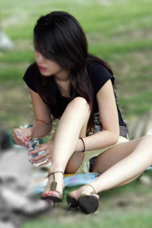 【ハミパンエロ画像】これもパンチラの違った形w裾から見えちゃったハミパン女子www 05