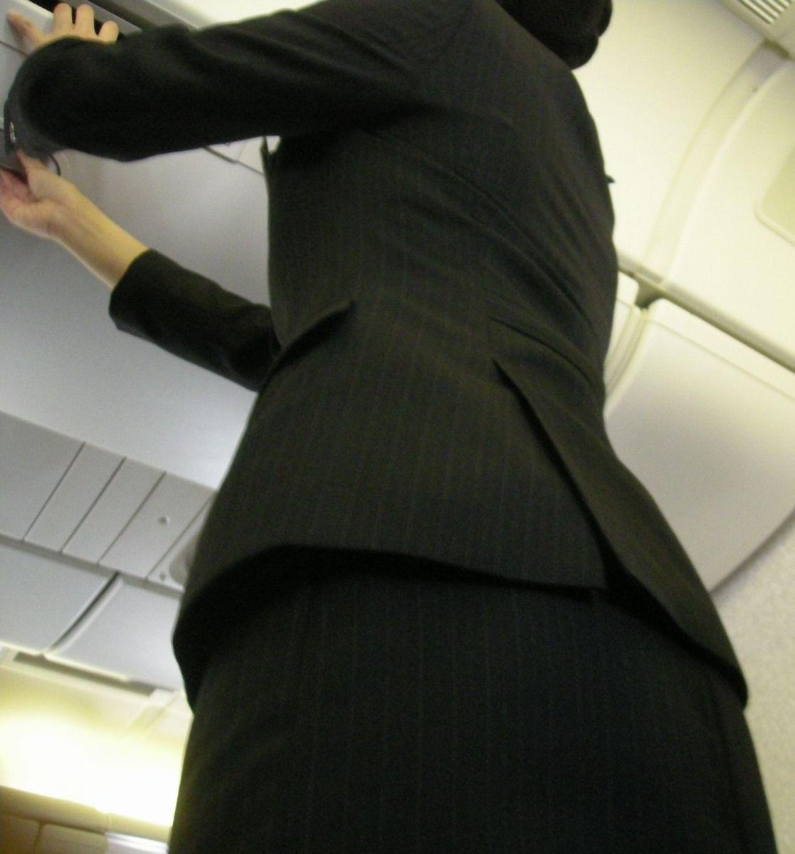 【働く女の着エロ画像】決して高値の華でなないはず…CAさんのOLとはまた違うタイト下半身www 01
