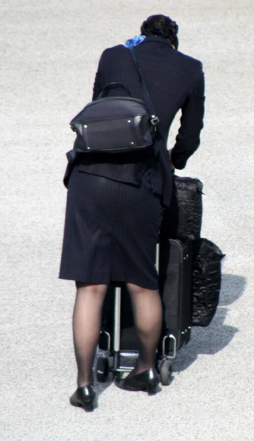 【働く女の着エロ画像】決して高値の華でなないはず…CAさんのOLとはまた違うタイト下半身www 02