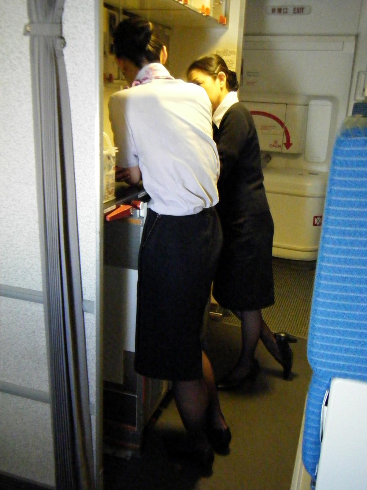 【働く女の着エロ画像】決して高値の華でなないはず…CAさんのOLとはまた違うタイト下半身www 05