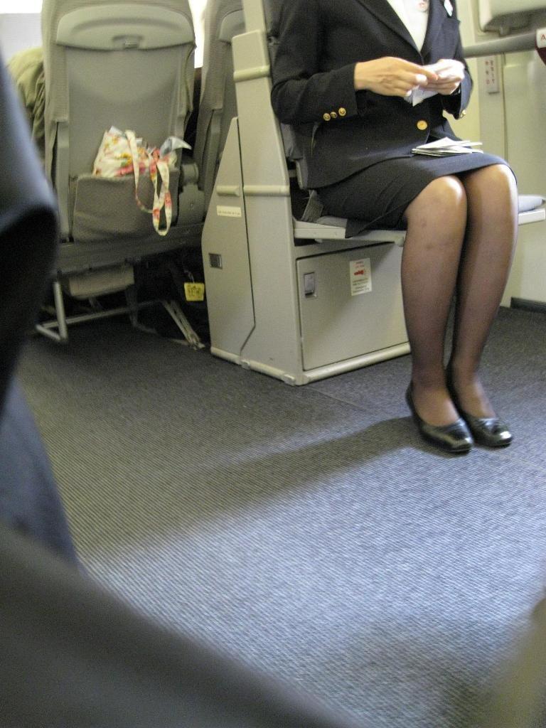 【働く女の着エロ画像】決して高値の華でなないはず…CAさんのOLとはまた違うタイト下半身www 06
