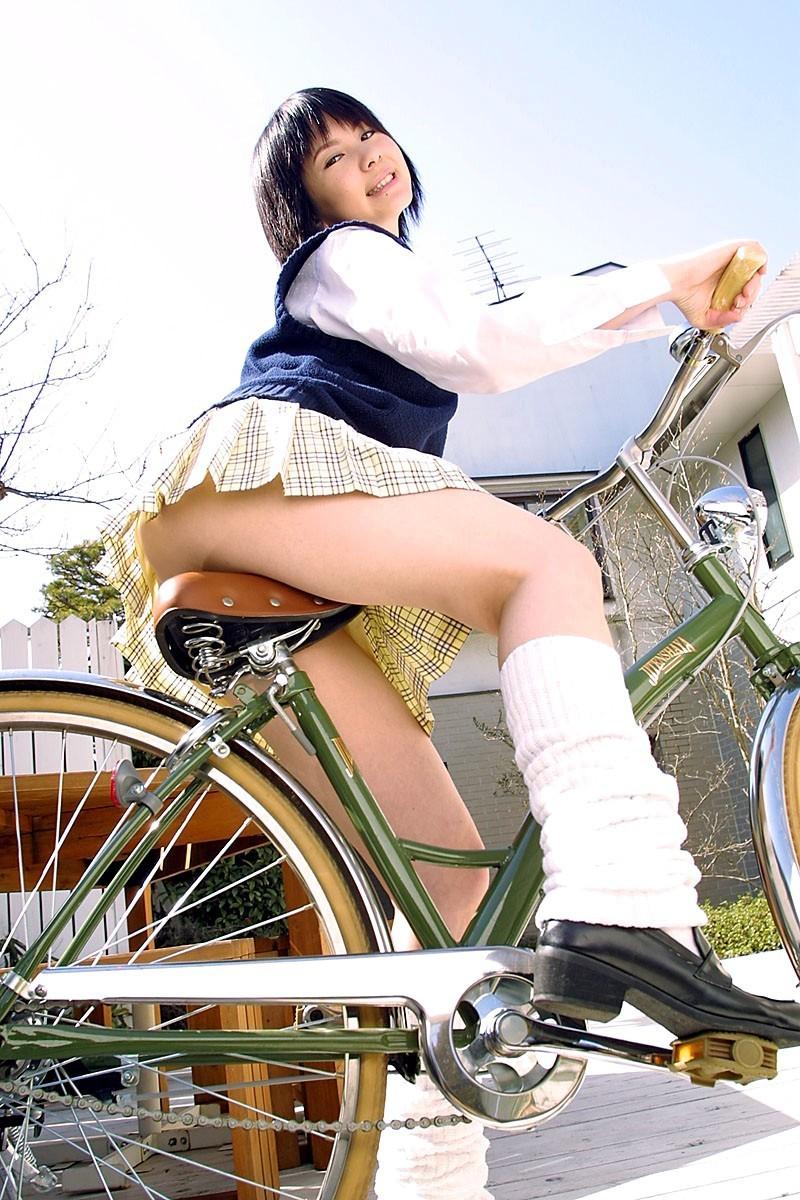 【着尻エロ画像】サドルは俺だ!潰れるほどに乗られてしまいたい自転車上のお尻www 05