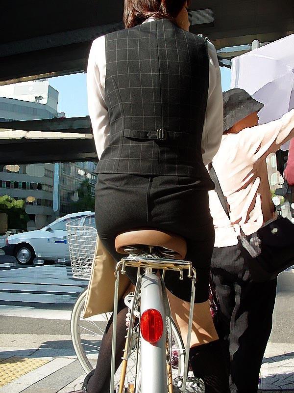 【着尻エロ画像】サドルは俺だ!潰れるほどに乗られてしまいたい自転車上のお尻www 08