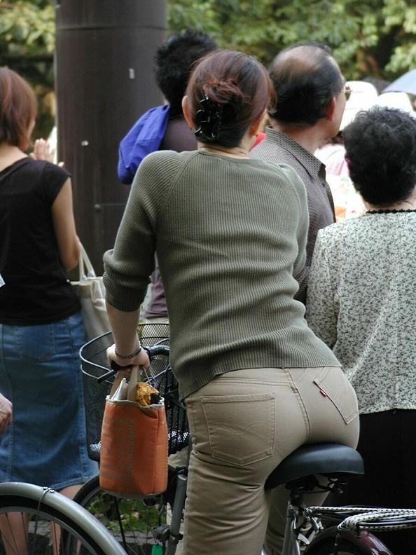 【着尻エロ画像】サドルは俺だ!潰れるほどに乗られてしまいたい自転車上のお尻www 12