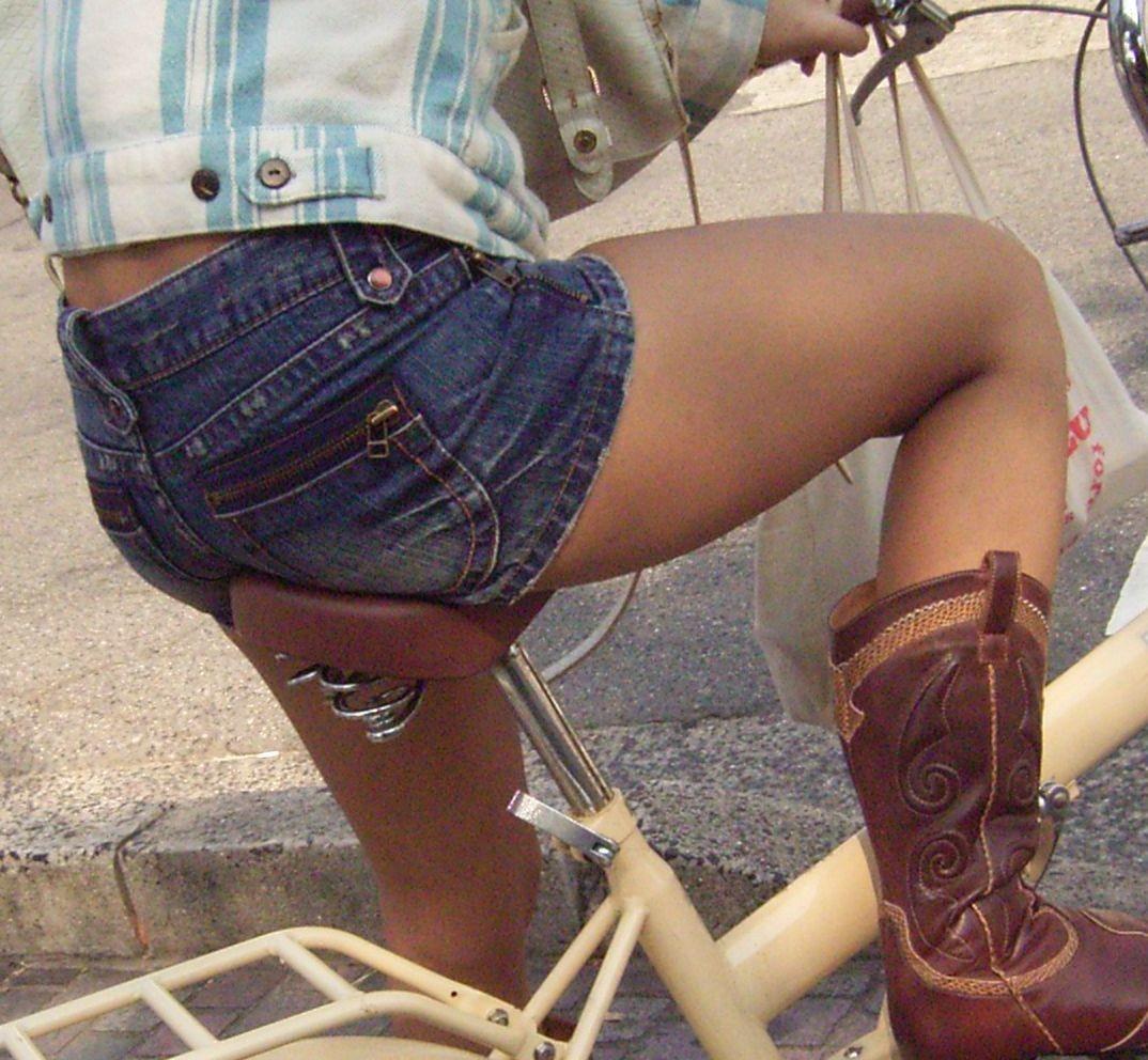 【着尻エロ画像】サドルは俺だ!潰れるほどに乗られてしまいたい自転車上のお尻www 14
