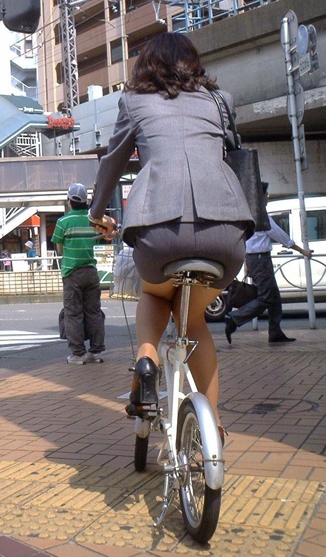 【着尻エロ画像】サドルは俺だ!潰れるほどに乗られてしまいたい自転車上のお尻www 16