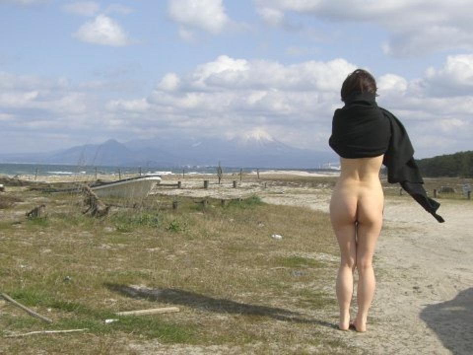 【露出エロ画像】野○ソが目的じゃありませんw尻だけ晒して軽~く露出プレイwww 20