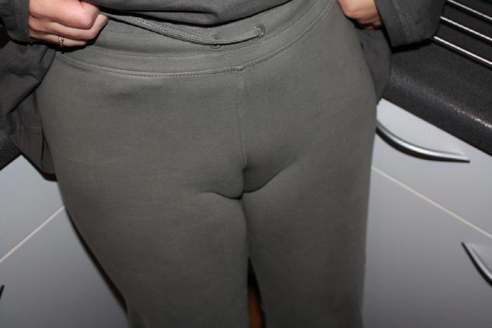 【マンスジエロ画像】なぞってもっと浮かせてw女の股間に浮いた卑猥でしかないスジwww 01