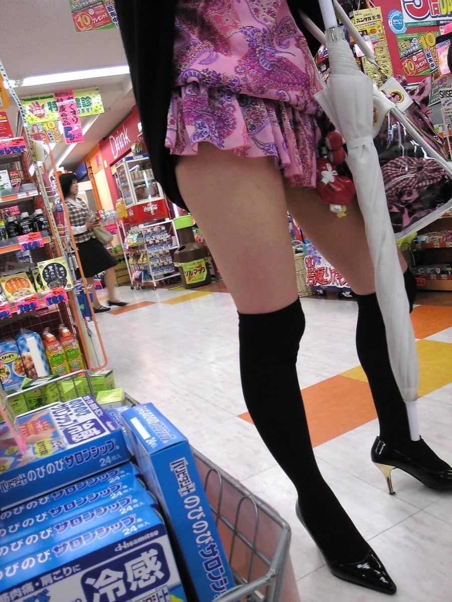 【ニーソエロ画像】生脚減ってもこっちが増えるwムチ股そそる絶対領域の美脚www 07