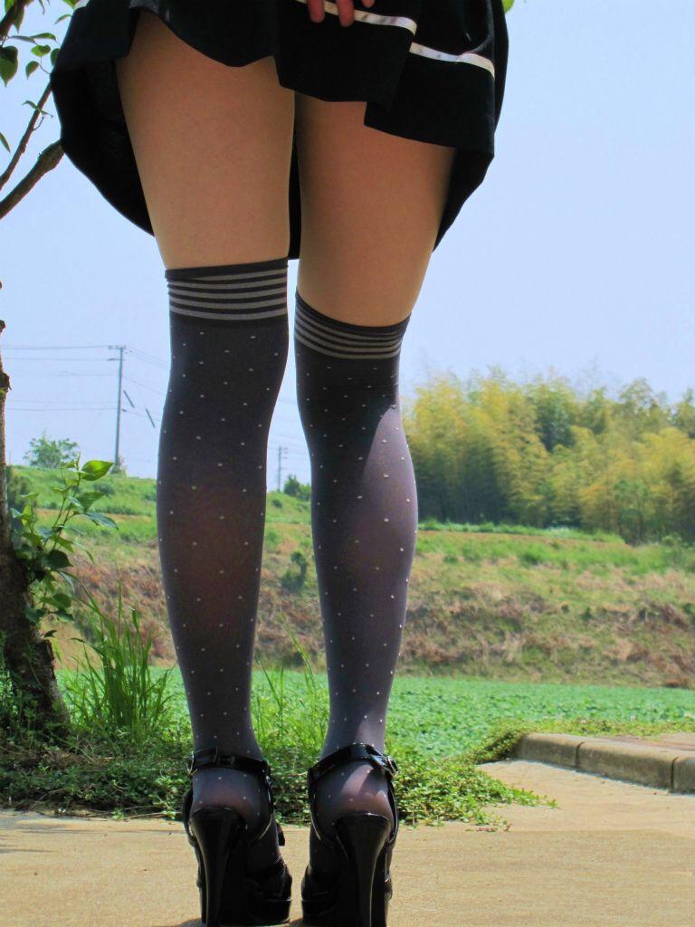 【ニーソエロ画像】生脚減ってもこっちが増えるwムチ股そそる絶対領域の美脚www 19