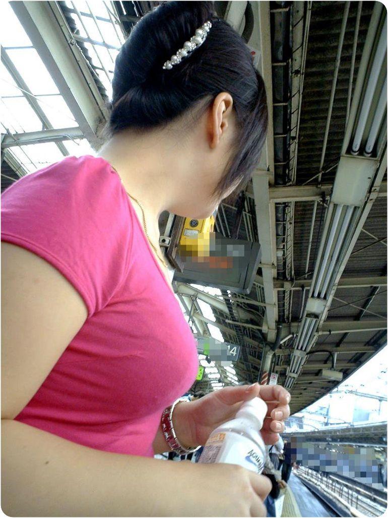 【巨乳エロ画像】厚着になっても自重せずw秋も引き続き乳袋な着衣巨乳女子www 04