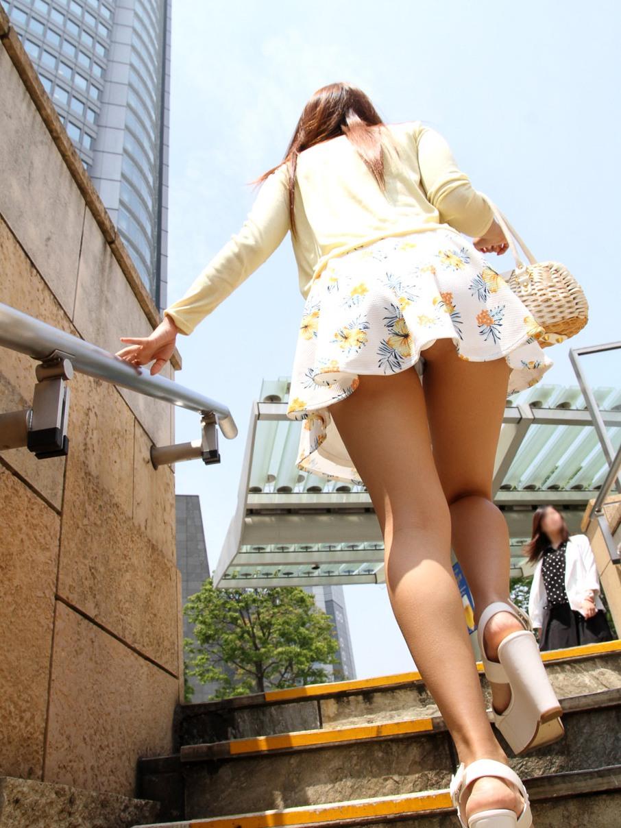 【パンチラ画像】上にミニ女子いるなら素直な視線でw欲望に忠実ローアングルパンチラwww 17