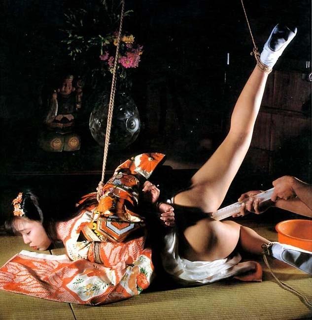 【SMエロ画像】官能的ながらも伝統を感じるw着物には拘束が良く似合う和風SMwww 14