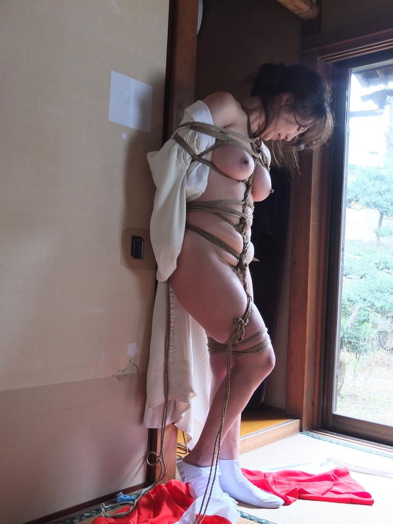 【SMエロ画像】官能的ながらも伝統を感じるw着物には拘束が良く似合う和風SMwww 16