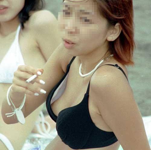 【水着エロ画像】これが泳ぎに行ったお土産wビキニから乳首がチラったり零れたりwww 01