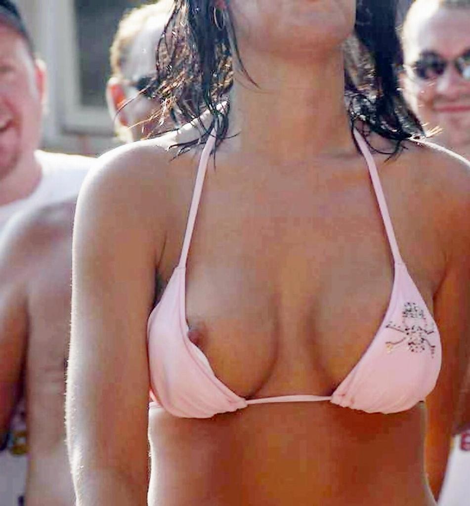 【水着エロ画像】これが泳ぎに行ったお土産wビキニから乳首がチラったり零れたりwww 02