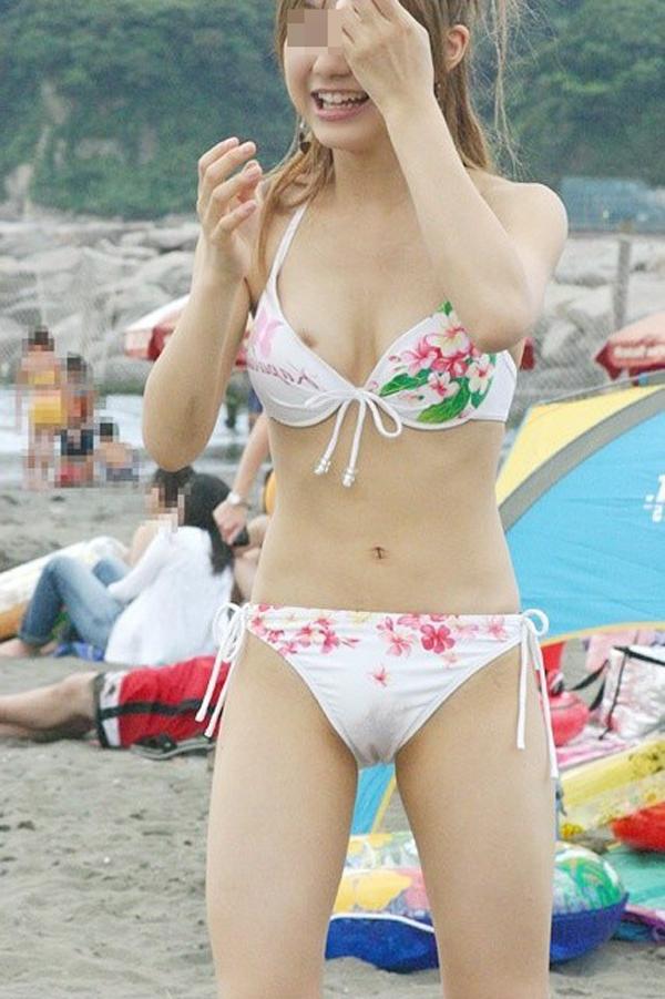 【水着エロ画像】これが泳ぎに行ったお土産wビキニから乳首がチラったり零れたりwww 06
