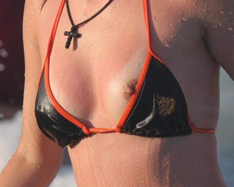 【水着エロ画像】これが泳ぎに行ったお土産wビキニから乳首がチラったり零れたりwww 13