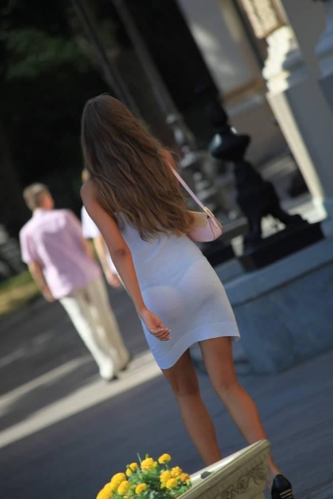 【透けパンエロ画像】流石は海外w薄手のボトムから下着透けまくった淑女が大多数www 16