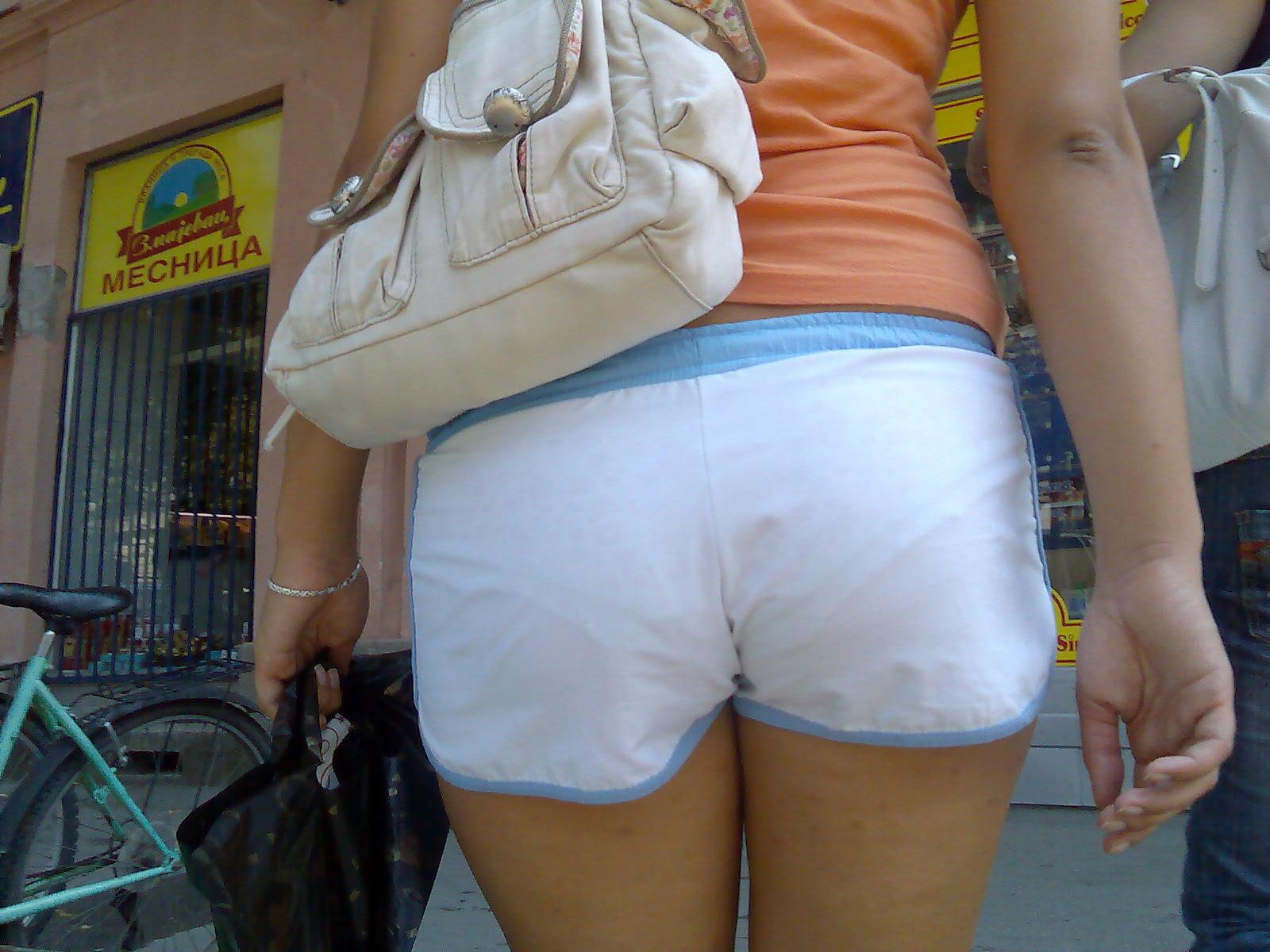 【透けパンエロ画像】流石は海外w薄手のボトムから下着透けまくった淑女が大多数www 20