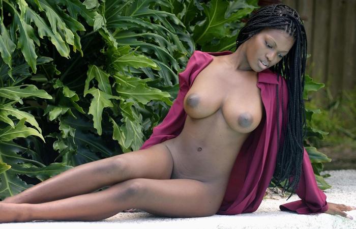 【海外エロ画像】肌の色なんて関係なく余裕wピンクに染めたい黒人美女の裸体www 001